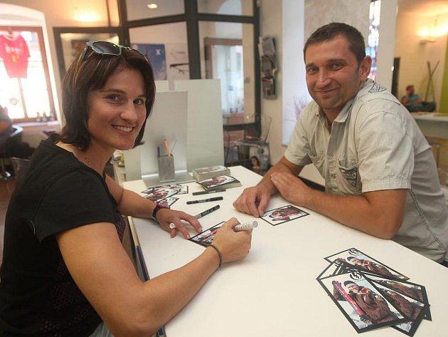 Nikol Sudová při autogramiádě. Mezi tréninky si lyžařka odskočila rozdat fanouškům do Plzně pár podpisů