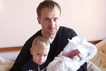 Tatínek Jiří Kabát a tříletý Tomáš chovají Denise (3,20 kg, 51 cm), který se narodil 4. 11. v 7:17 ve FN v Plzni. Z třetího chlapečka se raduje i maminka Renata Kabátová a bráška Pavel (11).