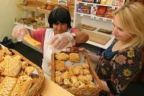 Dobroslava Uhlířová pracuje v prodejně pekařství U Mlsného anděla v plzeňské ulici Otýlie Beníškové. Pečivo se sem dováží mimo jiné také z pekárny v DOZP Stod. Na snímku Dobroslavě pomáhá prodavačka Diana Turlaja