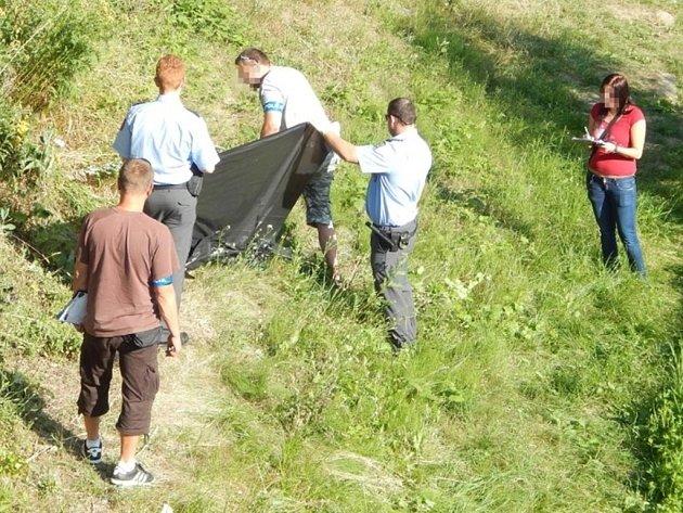 Strážníci u nalezené mrtvé ženy.