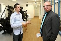 Správce muzea Petr Langmajer (vlevo) provedl včera expozicí Karla Hrona z Úřadu RR ROP Jihozápad.