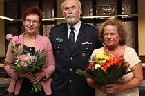 Za práci s dětmi byli oceněni (zleva) pionýrka Vlasta Vasková, dobrovolný hasič Karel Malý a Božena Svobodová, která plete nedonošencům čepičky
