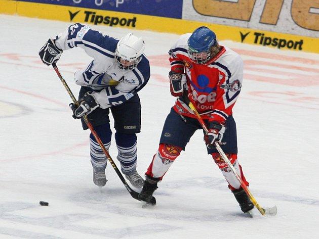 Dorostenci hokejového Lasselsbergeru Plzeň (v bílém) uzavřeli základní část vítězstvím 5:4 nad Pardubicemi.