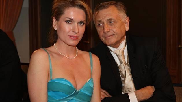 Režisér s manželkou. Na plese Nadace 700 let města Plzně se objevil také známý český režisér Jiří Menzel. Doprovázel svou manželku Olgu Menzelovou–Kelymanovou, která přebírala jednu z cen nadace. Pořádala v Plzni výstavu Země krásná neznámá