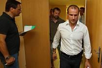 Martin Straka (vpravo) přichází na jednání valné hromady plzeňského hokejového klubu.