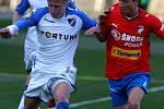 František Rajtoral v ostravském dresu v souboji se svým budoucím spoluhráčem Milanem Petrželou z Viktorie Plzeň (2009)
