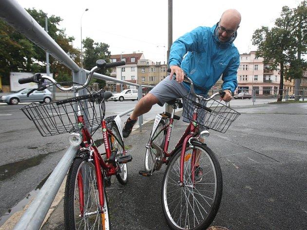 Poprvé se bicykly v ulicích v rámci bike sharingu objevily loni v srpnu. Iniciátor projektu Petr Pelcl (na snímku) slíbil, že letos se Plzeňané dočkají více kol