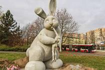 Socha králíka u Severky v Plzni