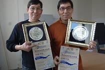 Josef a František Bálkovi ukazují cenu, kterou získaly při mistrovství Ruska v tvorbě ledových soch