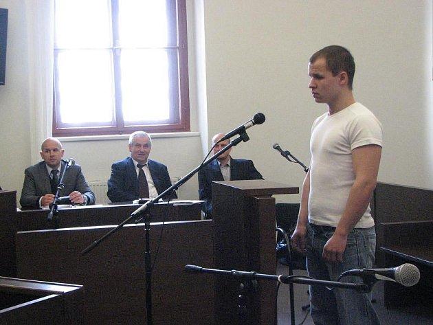 Před plzeňským soudem v úterý vypovídal dvaadvacetiletý muž, který prý svůj čin spáchal ze strachu o rodinu