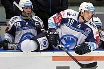 Také v pátečním derby bude Škodovka spoléhat na svého nejlepšího střelce Dominika Kubalíka (na snímku ze střídačky vpravo spolu s Petrem Kodýtkem)