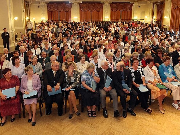 Předání diplomů absolventům Univerzity třetího věku - ilustrační foto.
