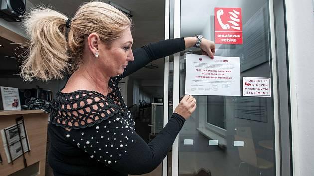 Zákaz návštěv v nemocnicích a zdravotnických zařízeních.