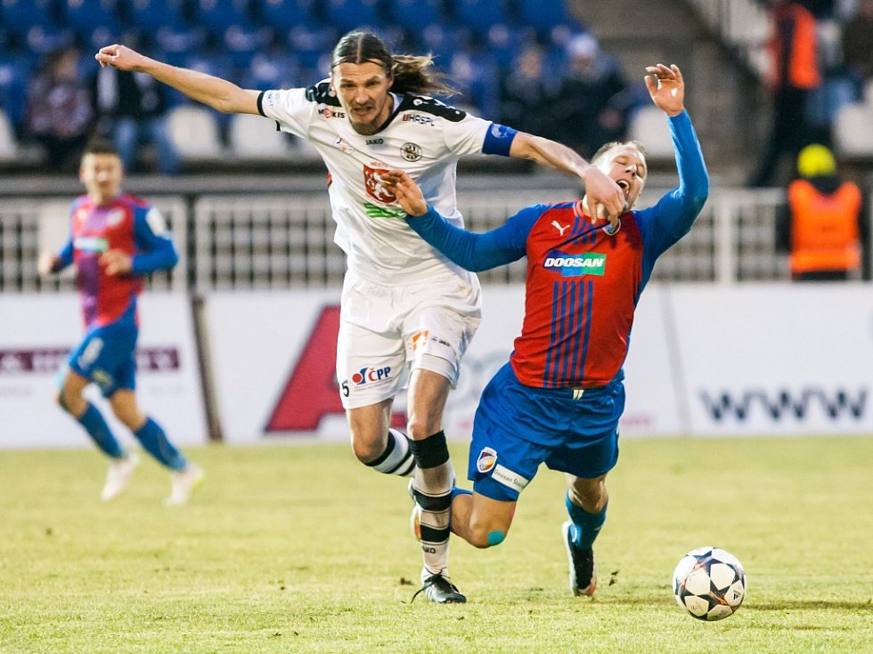 Plzeňský Daniel Kolář (vpravo) a domácí Adrian Rolko bojují o míč v nedělním utkání první ligy v Hradci Králové.
