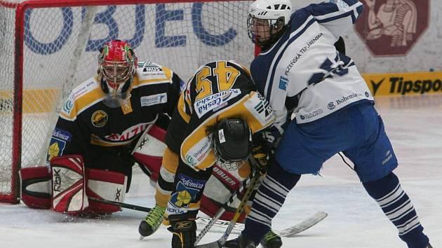 Obránce hokejového Lasselsbergeru Tomáš Blumentrit (v bílém) bojuje v sobotním utkání dorostenecké extraligy s litvínovským Rastislavem Zilcherem