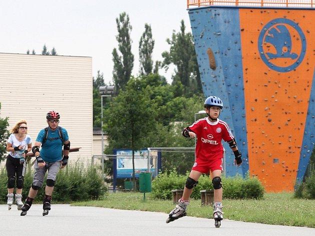 Oblíbený bruslařský ovál ve Škoda Sport parku v Doudlevcích využívají sportovci každý den, stejné to bylo i o víkendu