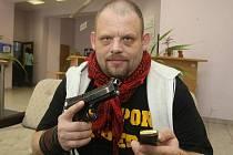 Plzeňan Michal Kindl se svou zbraní Berettou. Jak říká, je připraven se bránit