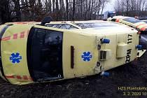 Nehoda sanitky u Chválenic.