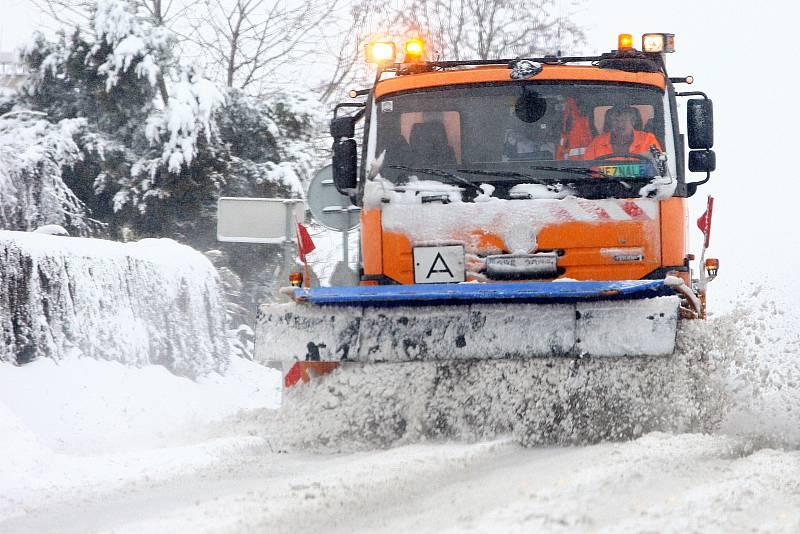 Plzeňský kraj zasypal sníh. Sypač na silnici I/20 v Chválenicích na jižním Plzeňsku.