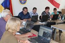 Vyhledávání na internetu zaměstnávalo seniory během počítačového kurzu pořádaného Nadací manželů Klausových.