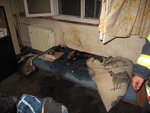 Prostor požáru bytu v Plzni po uhašení.