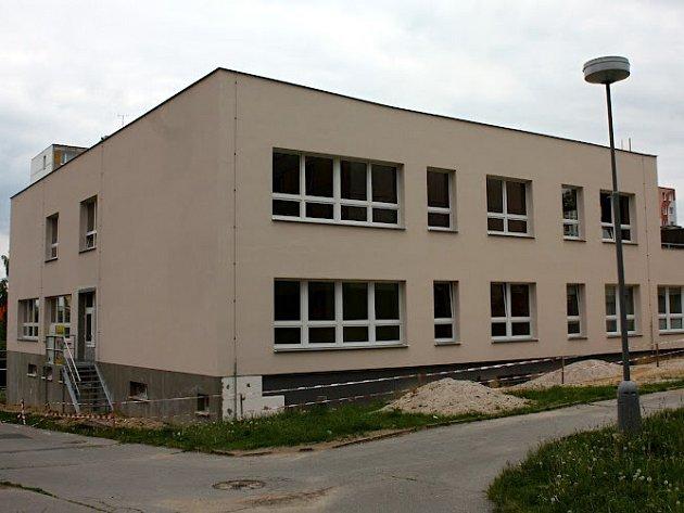 Mezigenerační dům v Kaznějovské ulici je před kolaudací, přesto je nutné dodělat například fasádu nebo některé podlahy