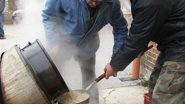 Polévka musela být pořádně teplá. O to se postarali dva muži přímo před zálužským kulturním domem