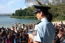Přijímací fyzické zkoušky k policii či tvorbu letáků pro kampaň proti drogám si mohli vyzkoušet školáci na středeční akci u Boleveckého rybníka. Stopovačku pro ně připravili policisté, záchranáři, hasiči a strážníci