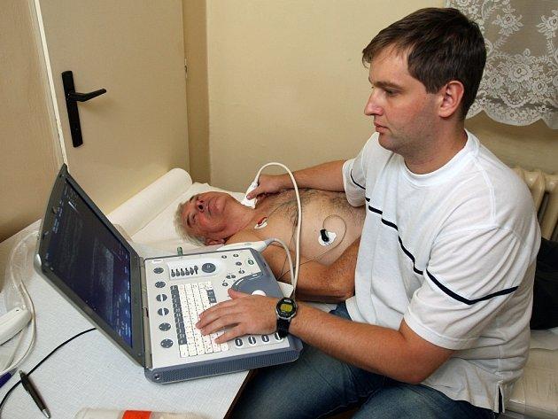 Na vyšetření srdce a cév se dostavil po lékařské výzvě také Milan Štěpánek z Plzně, který se studie MONICA zúčastnil již dříve. Ultrazvuk srdce a krkavic mu na snímku dělá lékař Petr Kuchynka