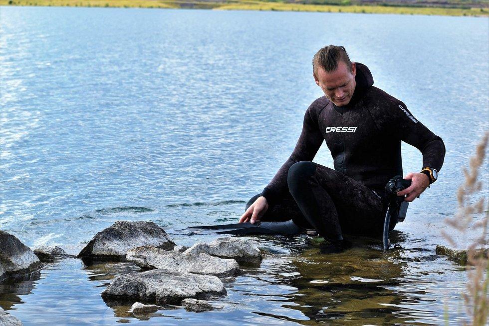 Potápěč odhaluje tajemství ukrytá pod hladinou Medardu Foto: B.Májová