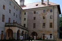 Prohlídka nádvoří a parku u zámku na Zelené Hoře, známého díky svatovojtěšskému putování a filmu Černí baroni