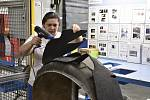 Ruční výroba dílů pro Bentley. Na snímku operátorka Alžbety Cyple