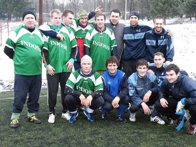 Vítězem znovuobnoveného fotbalového Vánočního turnaje v Plzni na Lopatárně se stal tým Patís Club. Na snímku je vítězným tým společně s druhým celkem turnaje Spartou Plzeň (zelené dresy)