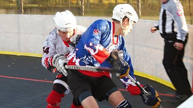 Hokejbalisté Dobřan zvítězili v utkání proti litickému rivalovi 4:0. Na snímku se v souboji u mantinelu přetlačují domácí Pavel Sloup (vlevo) a hostující Aleš Voves.