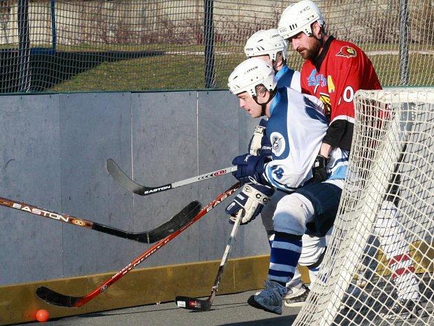 Útočník hokejového Lasselsbergeru Plzeň Michal Důras (v popředí) si závěr sezony zpestřil třemi zápasy v dresu hokejbalové Škody. V tom posledním  proti Habešovně si připsal i jednu branku