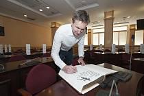 Jan Štochl se podepisuje do knihy na Krajském úřadě Plzeňského kraje, kam házenkáři přijali pozvání po posledním mistrovském titulu vplay-off extraligy 2019.