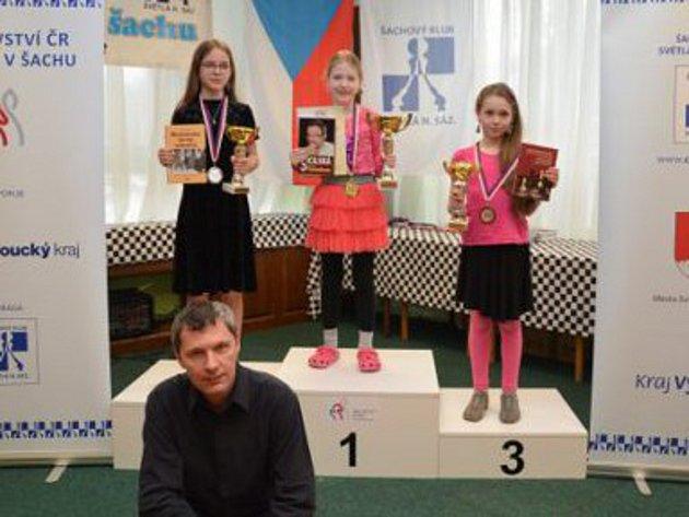 Adéla Janoušová (uprostřed) byla nejlepší vi nabité konkurenci, která činila 37soupeřek. Foto: Šachový svaz