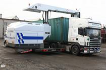 Speciální rentgen zkontroluje náklad kamionu za několik minut. Odhalí nelegální alkohol, drogy i běžence. Celníci v Plzeňském kraji budou zařízení za 80 milionů využívat do konce týdne