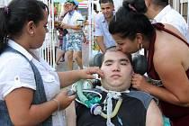 Saša v obležení svojí širší rodiny, která mu na oslavu do nemocnice přijela popřát, míří na oslavu