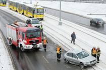 Řidička dostala smyk a skončila na tramvajových kolejích