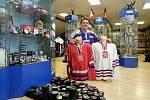 Jiří Ottis z Nýřan na severním Plzeňsku má doma tisíce hokejových puků.