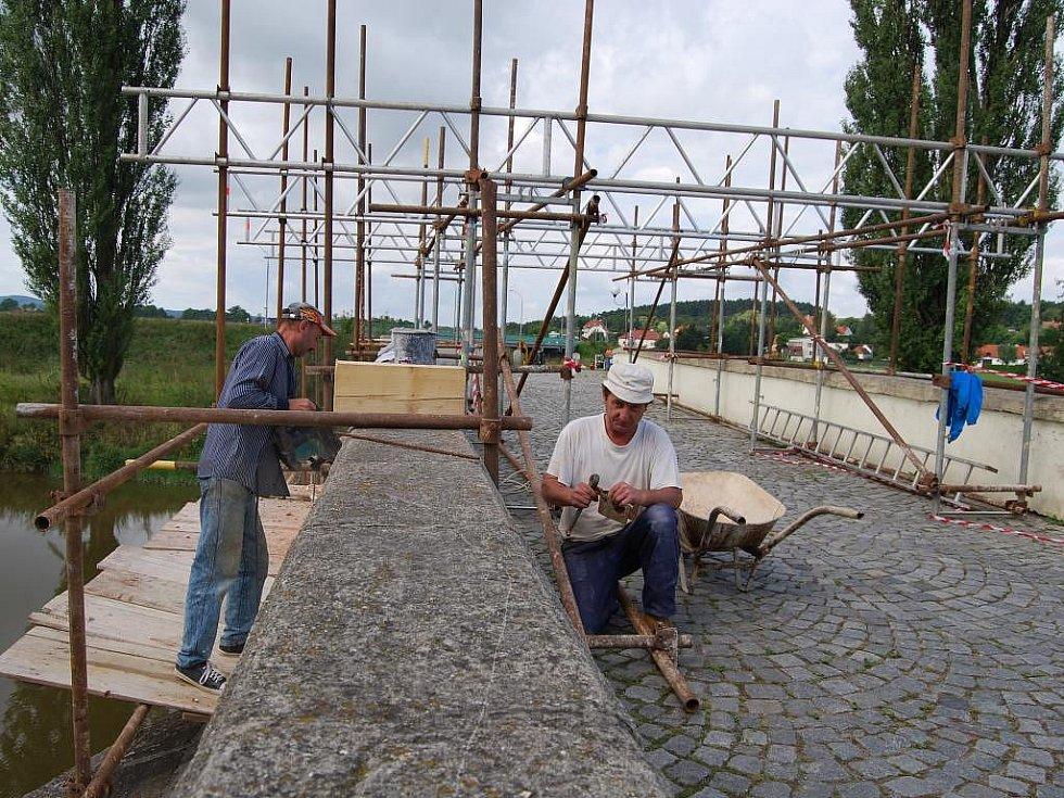 Starý most v Dobřanech si vyžádal opravu