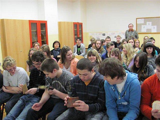 Žákům se během přednášek do rukou dostaly i zabavené předměty z kůží chráněných zvířat nebo výrobky ze slonoviny