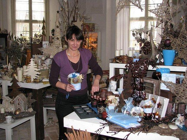 Přírodní materiály, modrá a růžová barva – takové jsou podle autorky prodejní výstavy dekorací v Plaském klášteře Jitky Beránkové trendy letošních Vánoc.