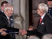 Prezident Miloš Zeman na státní svátek 28. října předával státní vyznamenání ve Vladislavském sále Pražského hradu. Na snímku předává ocenění Jaroslavu Šestákovi