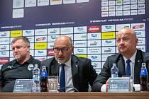 NAPOSLEDY SPOLU Trenér Pavel Vrba, majitel klubu Tomáš Paclík a generální manažer Adolf Šádek na tiskové konferenci před sezonou 2019/2020.