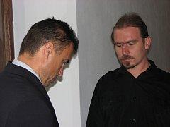 Petr Šipikal (napravo) se svým advokátem Václavem Vladařem.