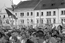 V roce 1990 v ulicích Plzně slavilo desetitisíce lidí. Nejčastěji zněla písnička Honzy Vyčítala To tenkrát v čtyřicatom pátom, když Plzeň osvobodil Patton...
