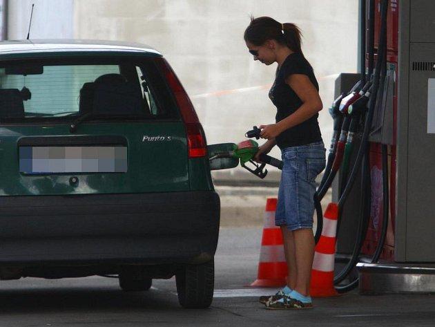 Ceny pohonných hmot klesly. Na ceny služeb to ale  nebude mít  žádný vliv.