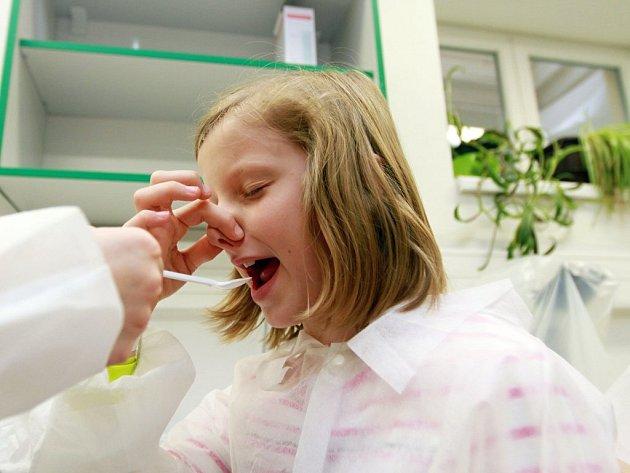 Dívka má bez pomoci nosu a očí poznat, co jí kamarádka podává za pokrm. Děti ochutnávaly kakao, skořici, bonbony a lentilky. Kakao poznali pouze dva školáci.
